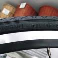 スポーツバイクのオーナーには既にご存知のことと思いますが、一般車の場合でも、今お乗りの自転車のタイヤ側面に適正空気圧の表示がなされているのにお気づきかと存じます。 この、メーカー推奨の空気圧を守ることはとても大切で、無駄 […]